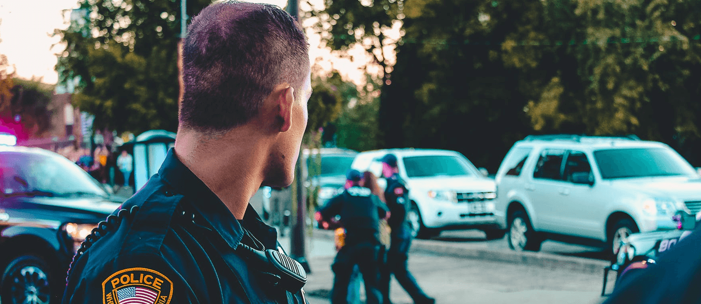 Beitragsseite Deutsche Rechtsextreme haben mit Hilfe von Polizeiinformationen eine Todesliste erstellt. Mann in schwarzer Offiziersuniform - Deutsche Rechtsextreme haben mit Hilfe von Polizeiinformationen eine Todesliste erstellt.